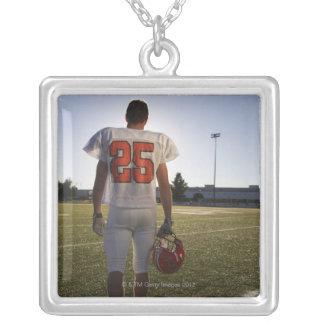 (16-17) jugador de fútbol americano adolescente colgante cuadrado