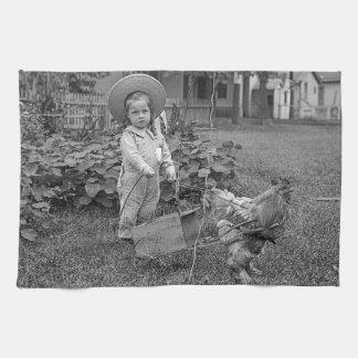 1880's carro adorable del chica y del gallo en paño de cocina