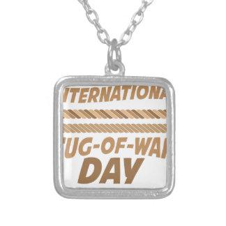 19 de febrero - día internacional del esfuerzo collar plateado