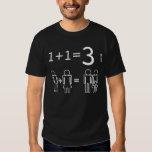 1+1=3 resuelto por un hombre, una mujer y un bebé camiseta