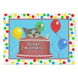 1r Tarjeta de cumpleaños con el gato en una torta