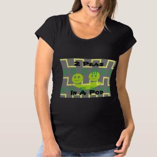 2 guisantes en una camisa de la maternidad de la