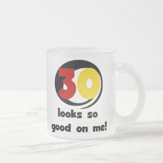 30 miradas tan buenas en mí camisetas y regalos taza de café esmerilada