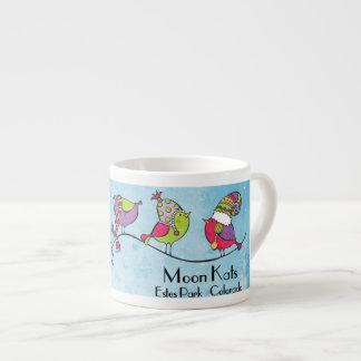 3 pájaros en una taza del café express de la rama