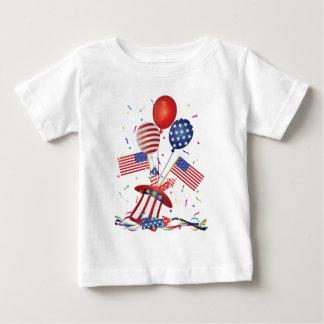 4 de julio el gorra hincha los petardos de la camiseta de bebé