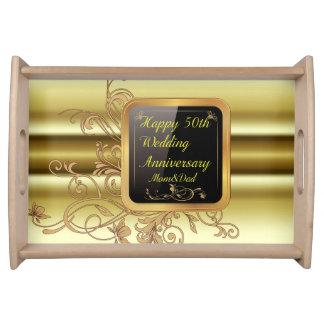 50.o aniversario de boda feliz que sirve bandejas