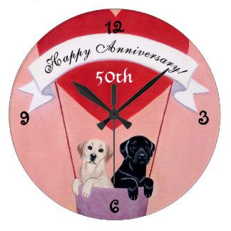 50.o Labradors negro y amarillo del aniversario Reloj Redondo Grande