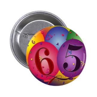 ¡65 años!  Botón del globo del cumpleaños