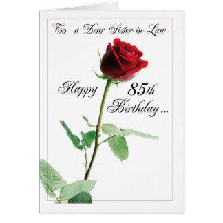 85o cumpleaños del rosa rojo a la cuñada tarjeta de felicitación