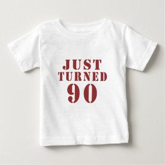 90 apenas dado vuelta cumpleaños camiseta de bebé
