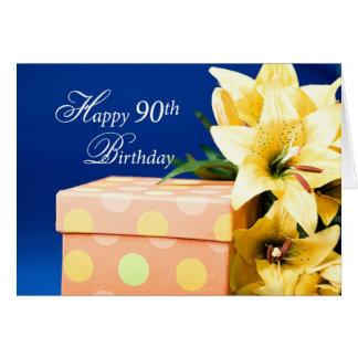 90.o cumpleaños feliz, lirios, y presente en azul tarjeta de felicitación