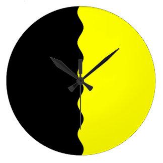 A medias negro y amarillo reloj redondo grande