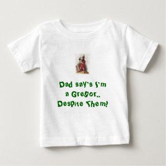 ¡A pesar de ellos, l camisa del bebé!