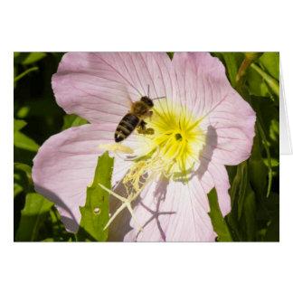 Abeja alrededor a la tierra en una flor tarjeta de felicitación