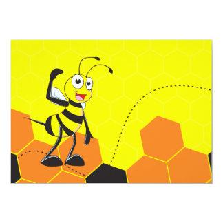 Abeja amarilla linda que celebra señalar del invitación 12,7 x 17,8 cm
