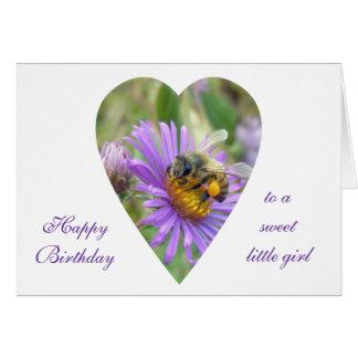 Abeja del chica del cumpleaños en corazón de los a tarjeta de felicitación
