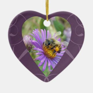Abeja en corazón de la tarjeta del día de San Adorno