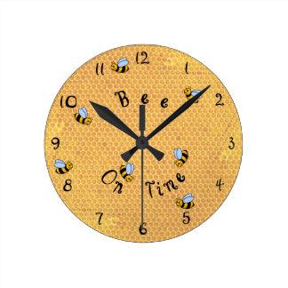 Abeja en del tiempo el reloj de pared alrededor