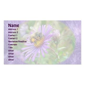 Abeja en tarjeta de visita del Wildflower de los a