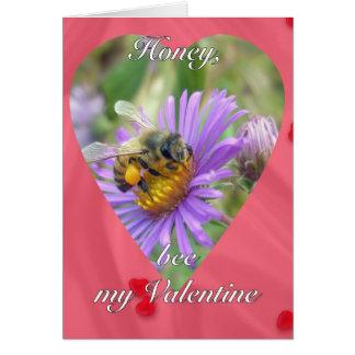 Abeja en tarjeta del día de San Valentín de los as