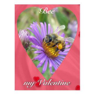 Abeja en tarjeta del día de San Valentín de los as Postal
