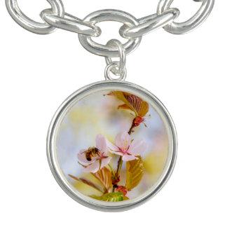 Abeja en una flor de la cereza pulsera