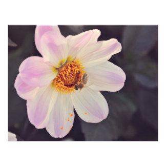 Abeja en una flor púrpura tarjetas publicitarias