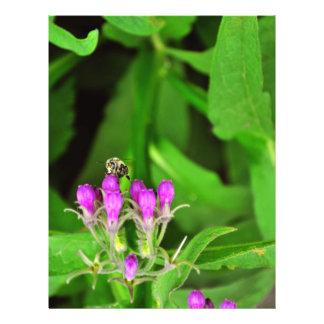 Abeja en una flor púrpura tarjeta publicitaria