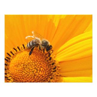 Abeja en una macro amarilla de la flor tarjetas publicitarias