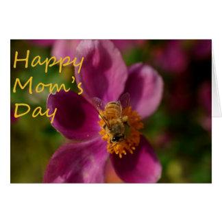 Abeja en una tarjeta rosada del día de madre de la