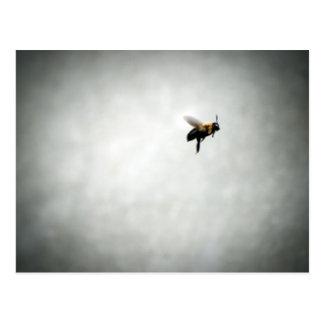 abeja en vuelo postal