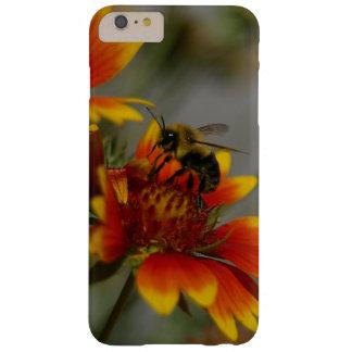 Abeja que forrajea en una flor funda barely there iPhone 6 plus