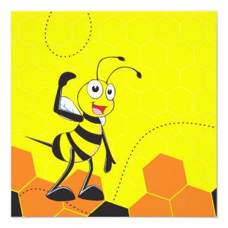 Abeja sonriente feliz amarilla linda que presenta invitación 13,3 cm x 13,3cm