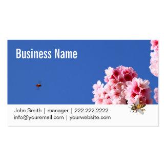 Abeja y tarjeta de visita hermosa de las flores