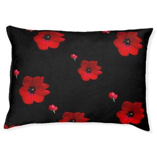 Abra los tulipanes rojos en cama negra del mascota