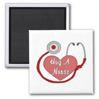 Abrace a una enfermera imán cuadrado