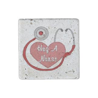 Abrace a una enfermera imán de piedra