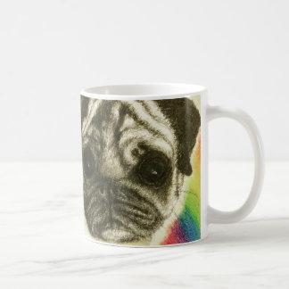 Abrace un barro amasado en una taza