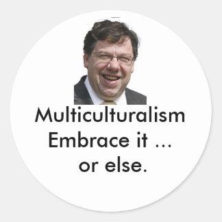 Abrazo del multiculturalismo él… o bien. pegatina redonda