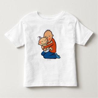 Abrazo del papá y del bebé camiseta de bebé