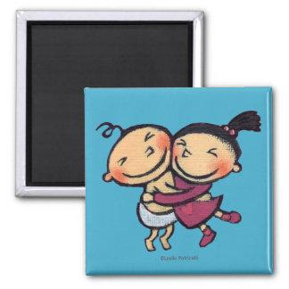 Abrazo ilustrado lindo de los niños imanes