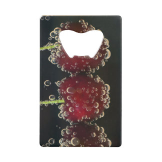 Abrebotellas De Tarjeta De Crédito Cerezas rojas en el agua