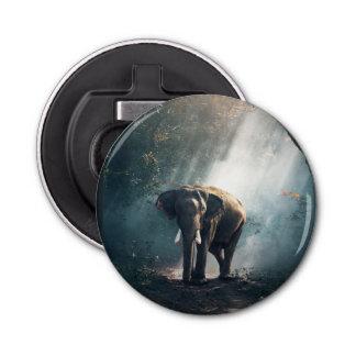 Abrebotellas Elefante asiático en un claro Sunlit del bosque