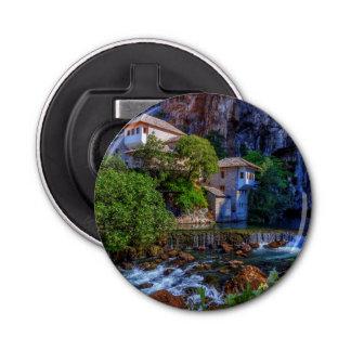 Abrebotellas Pequeño pueblo Blagaj en la cascada del Buna,