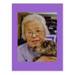 Abuela con la postal del perro
