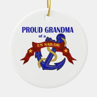 Abuela orgullosa de un ornamento del marinero de ornamento de navidad