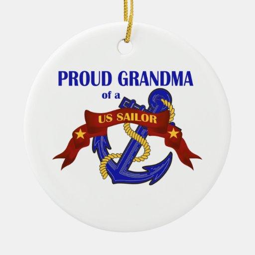 Abuela orgullosa de un ornamento del marinero de l ornamento de navidad