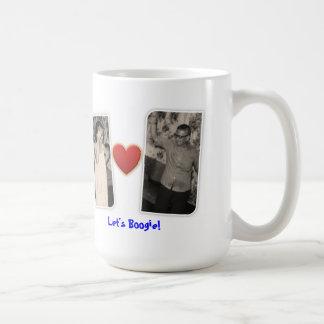 Abuela y abuelo que hacen la boogie taza de café
