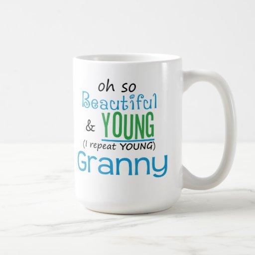 Abuelita hermosa y joven taza básica blanca