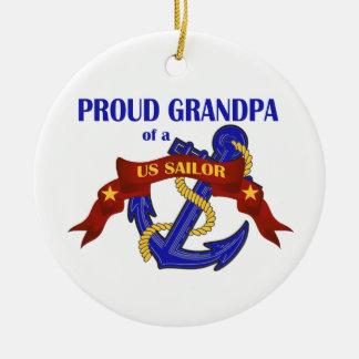 Abuelo orgulloso de un ornamento del marinero de l adorno de reyes